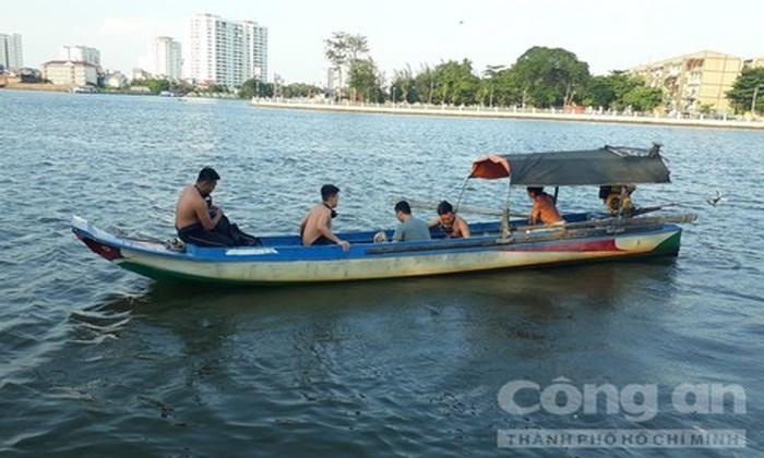 Cầu Bình Triệu ùn tắc kinh hoàng vì người đàn ông gieo mình xuống sông Sài Gòn tự tử 1