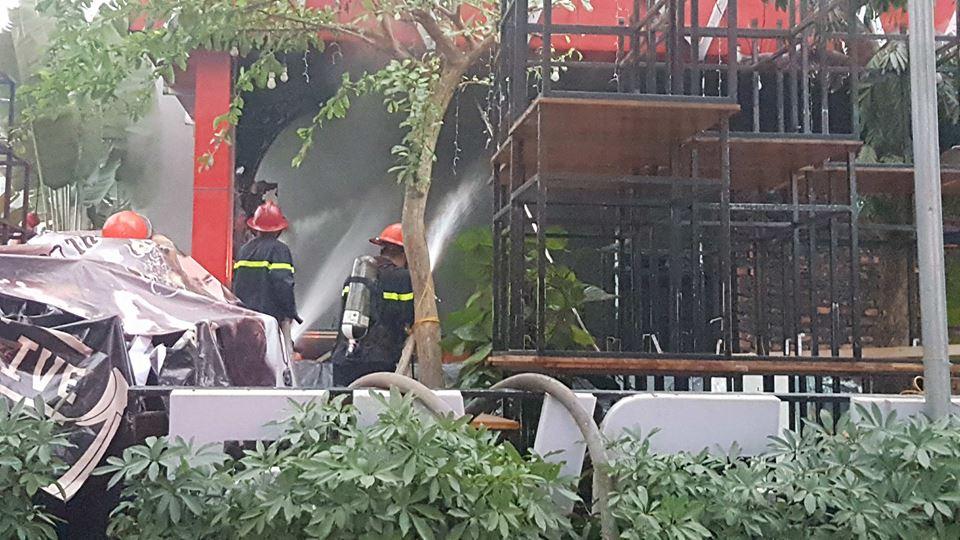Cháy lớn tại quán bia lớn ở Hải Phòng, cột khói đen bốc cao hàng chục mét 1