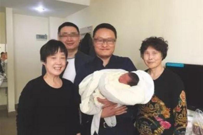 4 năm sau khi bố mẹ qua đời vì tai nạn, thiên thần nhí chào đời trong niềm hạnh phúc ngập tràn của người thân 1