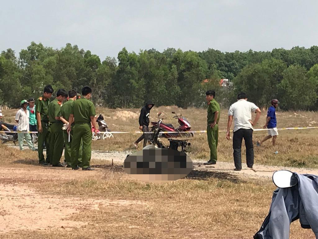Hình ảnh Tá hỏa phát hiện thi thể người phụ nữ cháy đen bên cạnh chiếc xe máy giữa bãi đất trống số 1