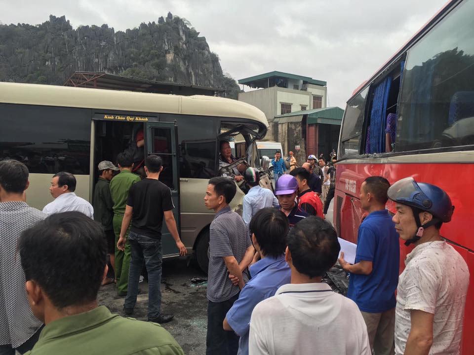 Xe khách va chạm kinh hoàng, người dân dùng xà beng, búa tạ giải cứu nạn nhân  1