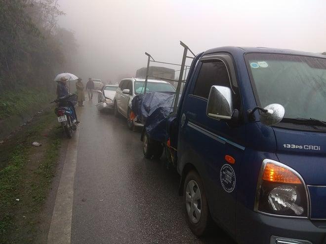 Hình ảnh 19 ô tô đâm liên hoàn khiến quốc lộ 6A ùn tắc nghiêm trọng hàng giờ số 1