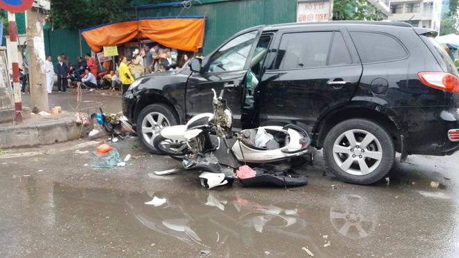 Ô tô tông liên hoàn ở cổng sau BV Bạch Mai: Cô gái tử vong khi đi mua cơm cho mẹ và em 1