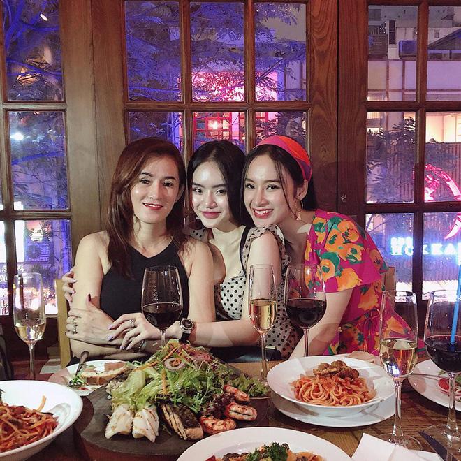 Mẹ ruột Angela Phương Trinh trẻ đẹp nuột nà đến kinh ngạc trong tiệc sinh nhật 5