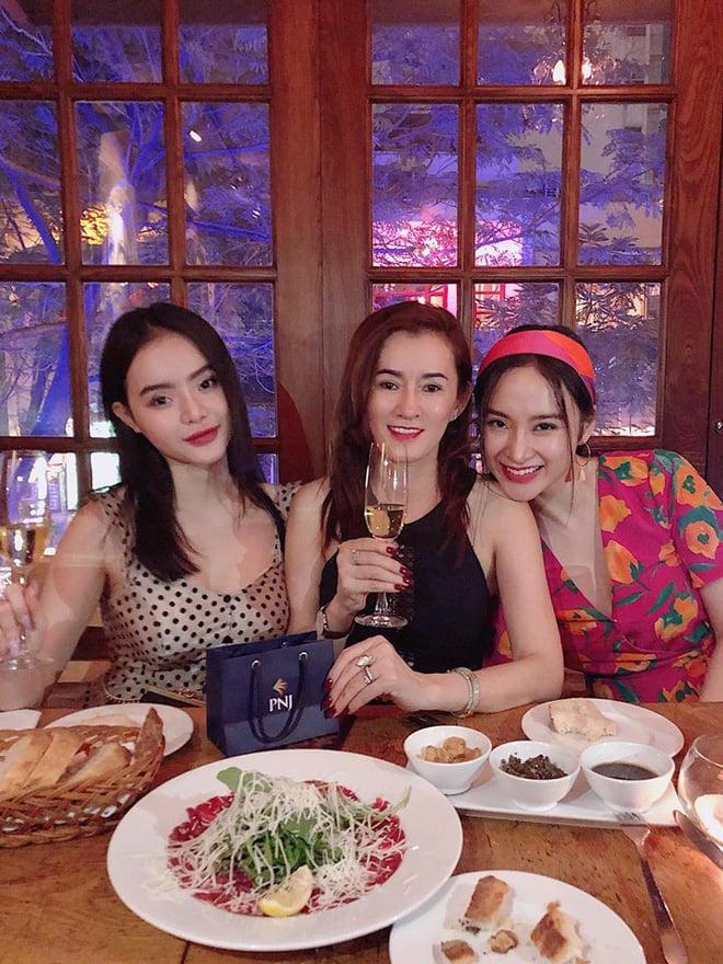 Mẹ ruột Angela Phương Trinh trẻ đẹp nuột nà đến kinh ngạc trong tiệc sinh nhật 2