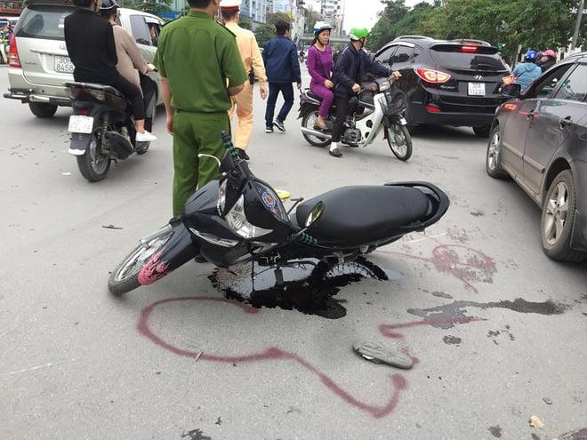 Ô tô hạ gục 5 xe máy ở chân cầu vượt Nguyễn Trãi - Ảnh 1.
