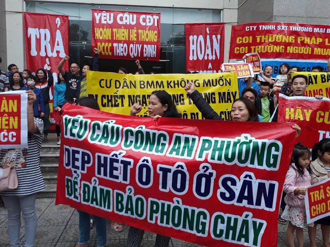 Hàng trăm cư dân chung cư BMM căng băng rôn biểu tình tố hàng loạt sai phạm chủ đầu tư 2