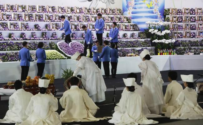 Người dân trên khắp Hàn Quốc lại thắt những dải ruy-băng vàng, tưởng nhớ nạn nhân chìm phà Sewol - Ảnh 3.