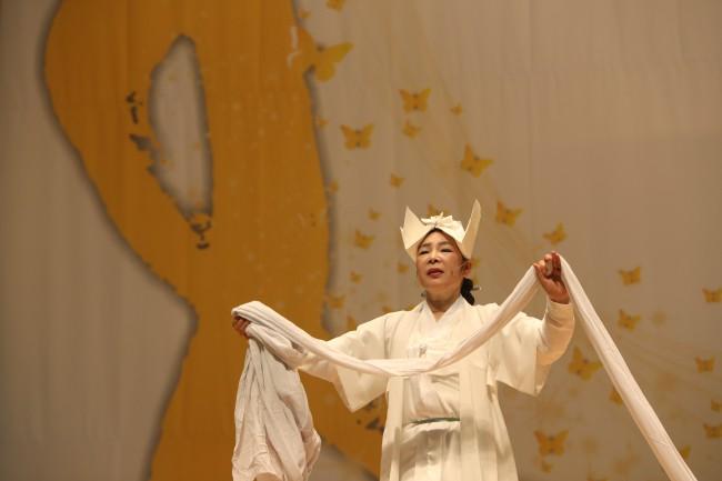 Người dân trên khắp Hàn Quốc lại thắt những dải ruy-băng vàng, tưởng nhớ nạn nhân chìm phà Sewol - Ảnh 5.