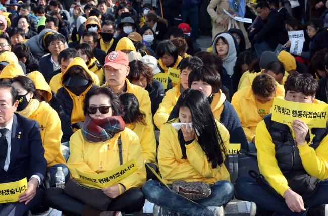 Người dân trên khắp Hàn Quốc lại thắt những dải ruy-băng vàng, tưởng nhớ nạn nhân chìm phà Sewol - Ảnh 9.