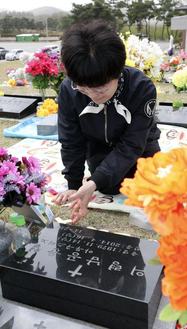 Người dân trên khắp Hàn Quốc lại thắt những dải ruy-băng vàng, tưởng nhớ nạn nhân chìm phà Sewol - Ảnh 10.