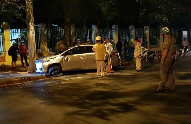 Ô tô 4 chỗ lấn làn tông xe máy, cả gia đình thương vong 2