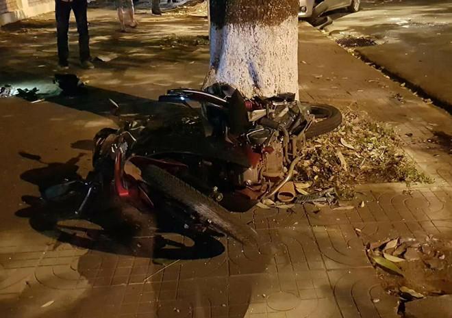 Hình ảnh Ô tô 4 chỗ lấn làn tông xe máy, cả gia đình thương vong số 1