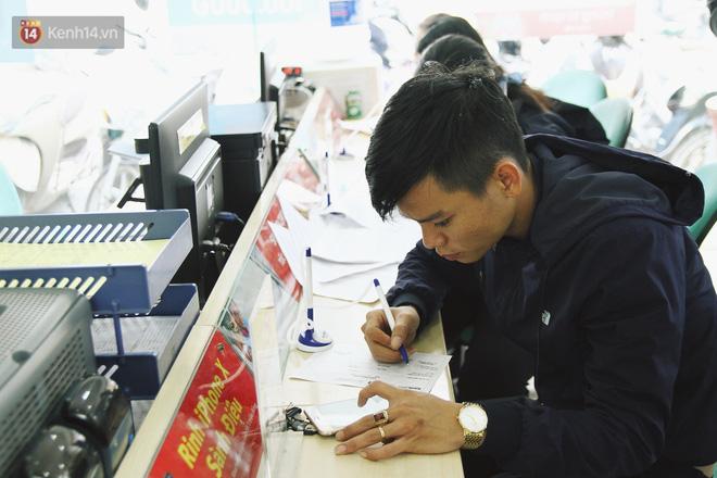 Sợ thuê bao bị chặn 1 chiều, người dân ùn ùn kéo tới các cửa hàng Viettel để bổ sung thông tin cá nhân 10