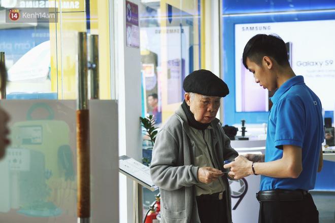 Sợ thuê bao bị chặn 1 chiều, người dân ùn ùn kéo tới các cửa hàng Viettel để bổ sung thông tin cá nhân 6