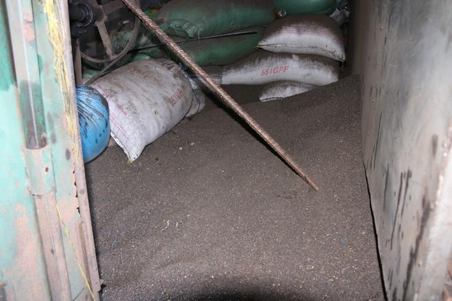 Cận cảnh bên trong cơ sở chế biến cà phê từ bột đá và pin Con Ó 6