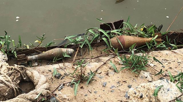 Người dân toán loạn bỏ chạy khi phát hiện 2 quả đạn cối còn nguyên kíp nổ ven sông Sài Gòn 1