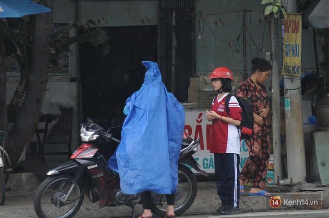 Sài Gòn xuất hiện mưa rào bất thường giữa trưa, người dân vẫn chưa được giải nhiệt sau 1 tháng oi bức 2