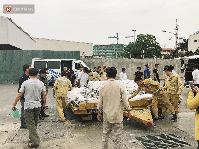 Người cha khóc nghẹn khi chạm vào linh cữu con gái 22 tuổi đột tử ở Nhật trở về quê hương 9