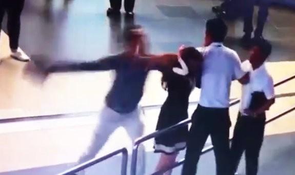 Tài xế GrabCar Hà Nội bị tố chửi bậy, định lao vào hành hung rồi còn đuổi 3 mẹ con xuống xe vì đóng cửa mạnh, không nhanh nhẹn vào sáng mùng Một 2