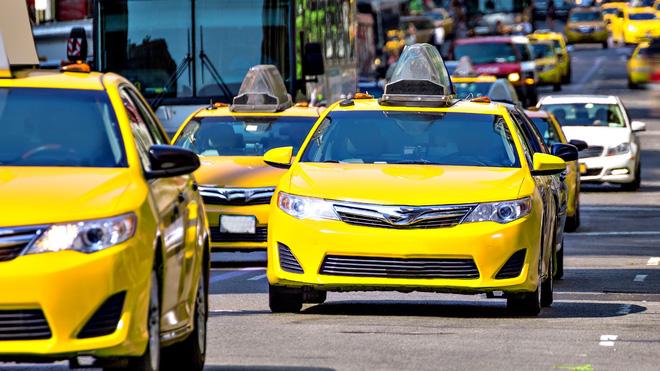 Cố ý trả nhầm tiền taxi rồi chạy đi, tài xế đuổi theo, cô gái nói 2 câu khiến anh phát khóc 1