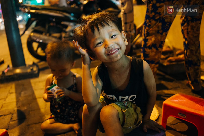 Phía sau hình ảnh 2 chiếc võng đong đưa bên lò khoai nướng của người mẹ nghèo ở Sài Gòn 8