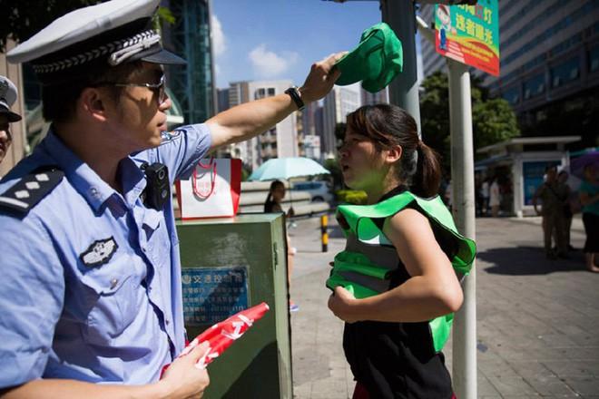 Trung Quốc lắp đặt máy phun sương, tự động xịt ướt quần người đi bộ sai luật 1