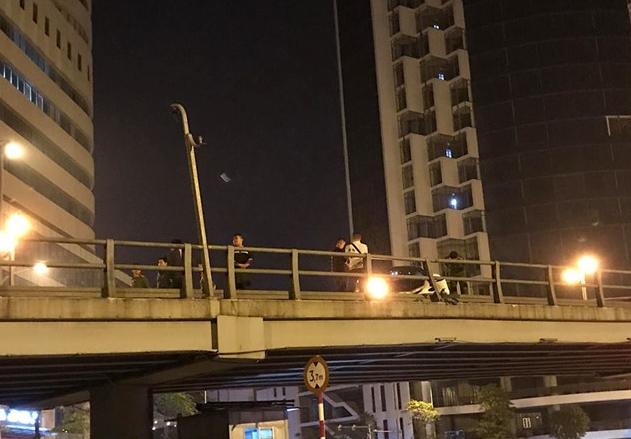 Tai nạn kinh hoàng Mercedes tông nát xe máy trên cầu vượt Thái Hà 2