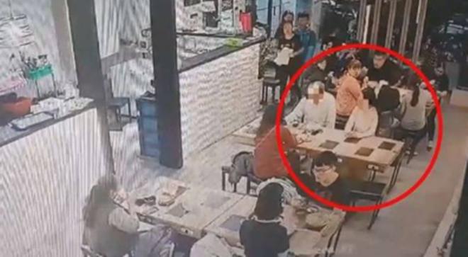 Sơ ý hất tóc vào bạn đồng nghiệp ngồi bên cạnh, cô gái lĩnh hậu quả khiến mọi người trong nhà hàng kinh hãi - Ảnh 1.
