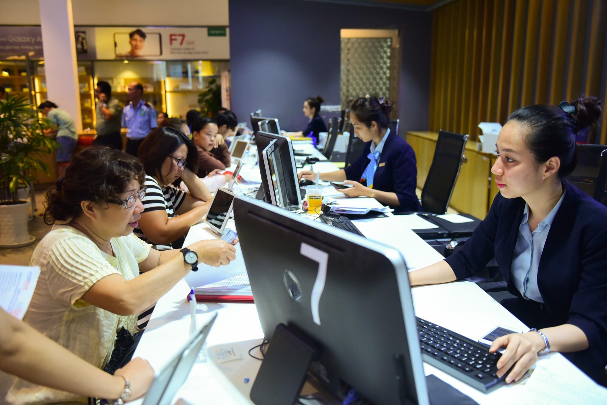Người Sài Gòn xếp hàng cả sáng Chủ nhật chờ chụp hình chân dung cập nhật thuê bao di động 12