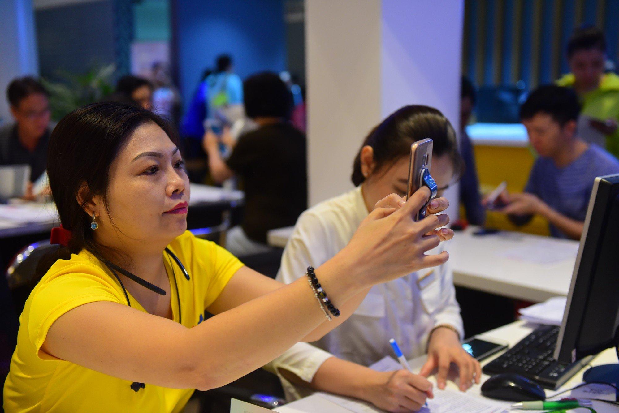 Người Sài Gòn xếp hàng cả sáng Chủ nhật chờ chụp hình chân dung cập nhật thuê bao di động 16