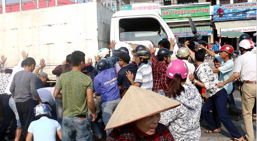 Hàng chục người dân hợp sức nâng xe tải, cứu 2 nạn nhân bị kéo lê dưới gầm 1