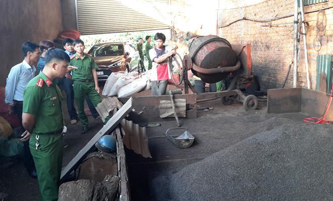 Thu giữ 3 tấn tạp chất cà phê nhuộm pin tại kho nông sản ở Bình Phước 1