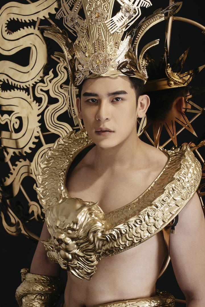 Siêu mẫu Trần Minh Trung diện trang phục dát vàng nặng 40kg dự thi Mister International 1