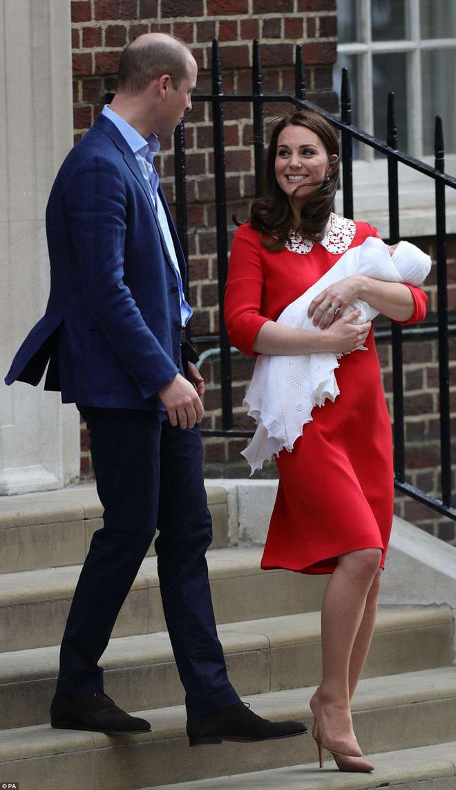 Lộ diện những hình ảnh đầu tiên của Hoàng tử út: Giống anh cả George và chị Charlotte như tạc! 8