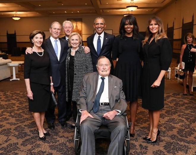Bức hình 4 cựu tổng thống Mỹ và các đệ nhất phu nhân chụp ảnh cùng nhau được chia sẻ chóng mặt trên mạng xã hội 1