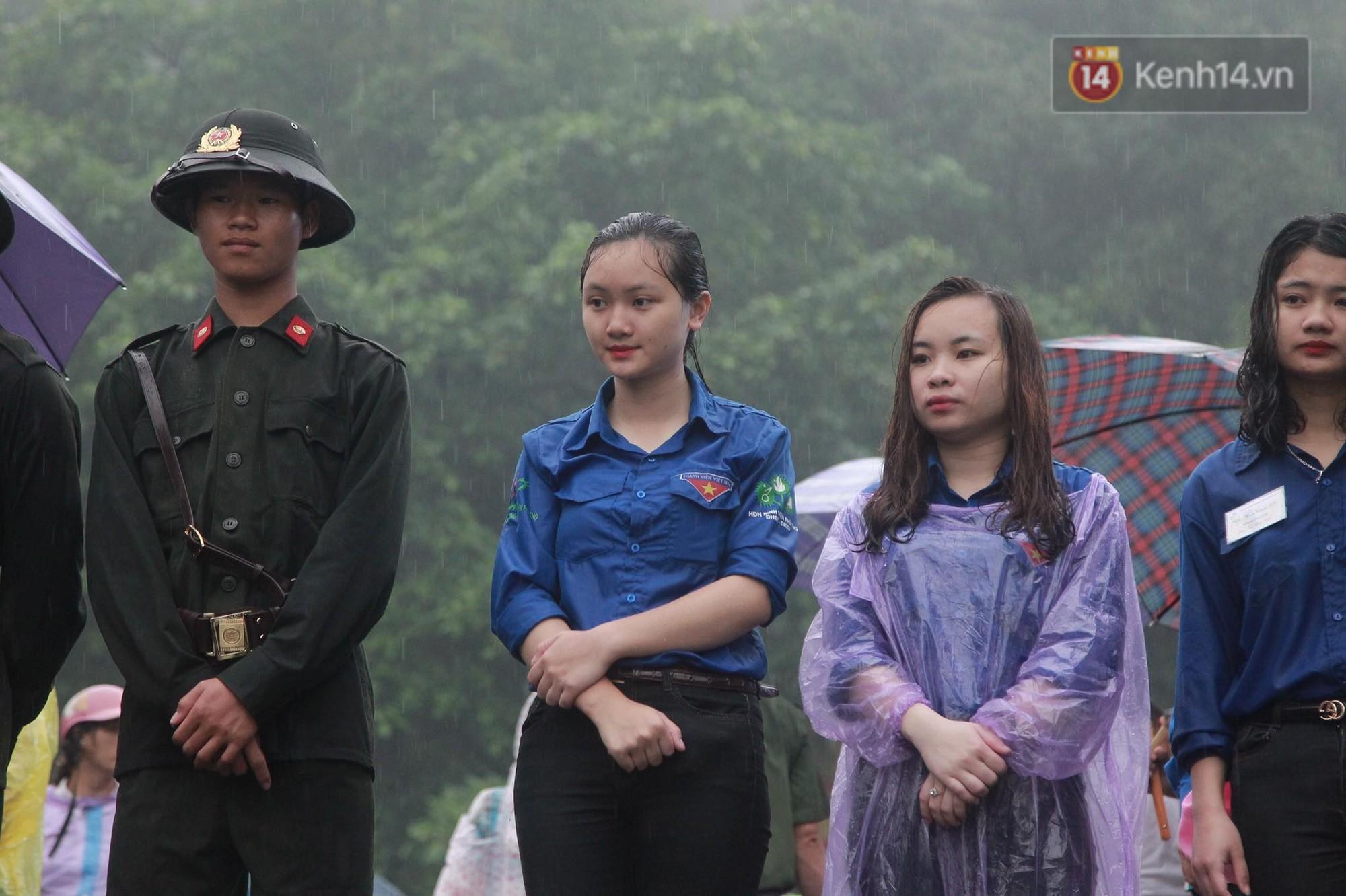 Hàng vạn người dân che ô đi khai hội Đền Hùng, hàng rào sống đứng dưới mưa đảm bảo trật tự 7