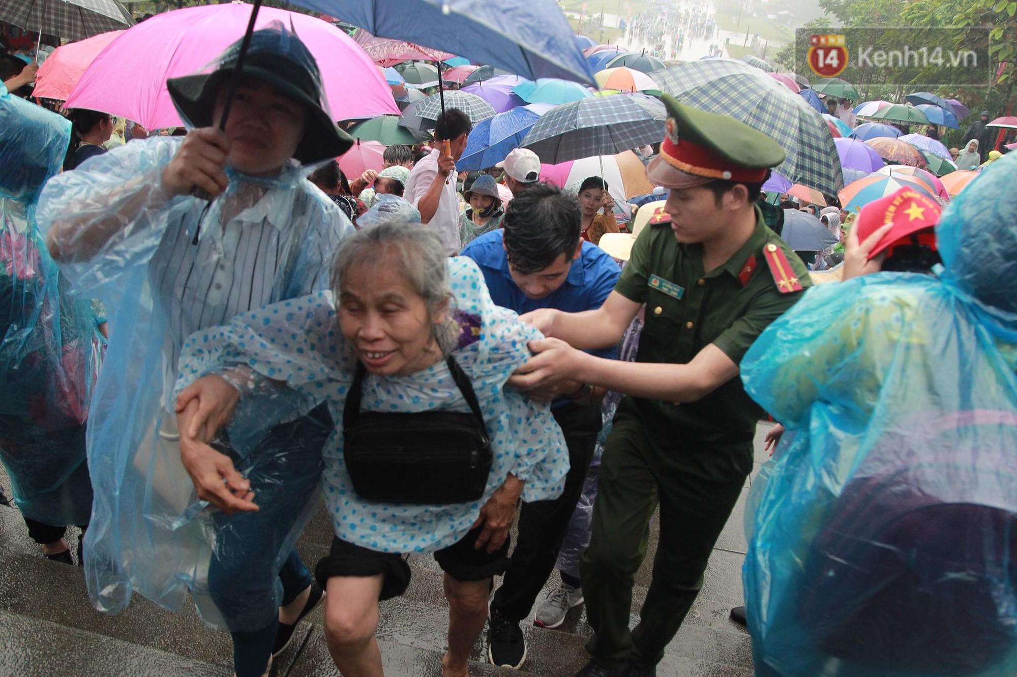 Hàng vạn người dân che ô đi khai hội Đền Hùng, hàng rào sống đứng dưới mưa đảm bảo trật tự 11