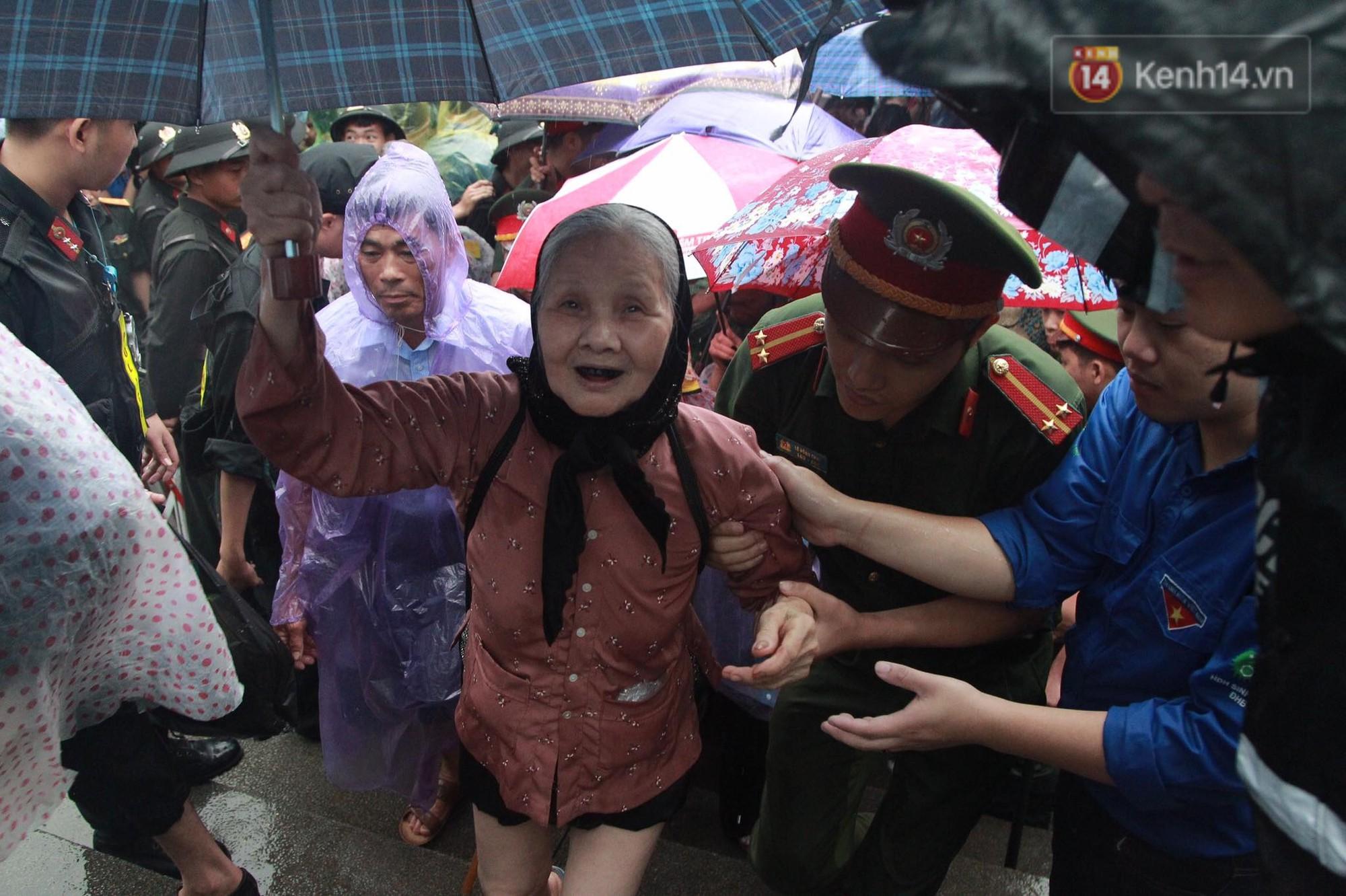 Hàng vạn người dân che ô đi khai hội Đền Hùng, hàng rào sống đứng dưới mưa đảm bảo trật tự 13