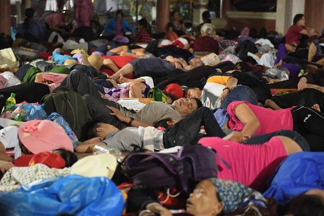 Du khách, trẻ nhỏ ngủ qua đêm la liệt tại đền Hùng 2