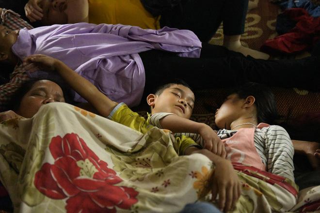 Du khách, trẻ nhỏ ngủ qua đêm la liệt tại đền Hùng 6