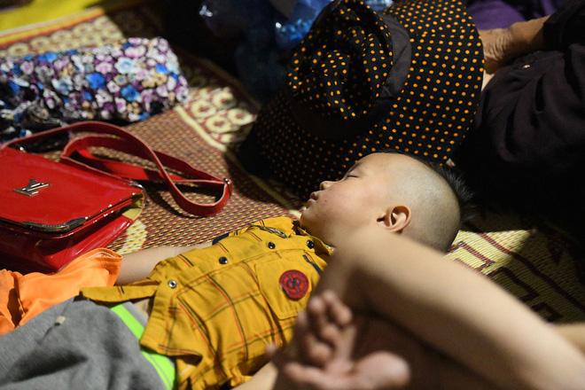 Du khách, trẻ nhỏ ngủ qua đêm la liệt tại đền Hùng 3