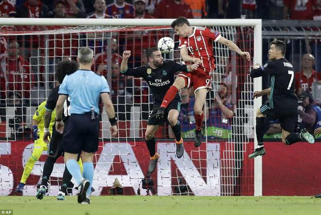 Ronaldo 'lặn sâu', Real Madrid vẫn suýt 'giải quyết gọn' Bayern Munich ngay lượt đi 11