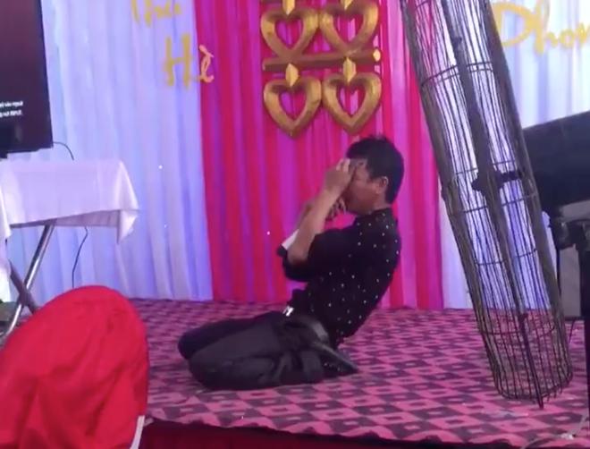 Thanh niên vừa hát vừa quằn quại khổ đau trong đám cưới khiến cư dân mạng e ngại không dám cười 1