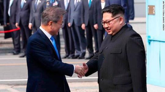 Hành động bất ngờ của Tổng thống Hàn Quốc sau khi bắt tay ông Kim Jong-un 1