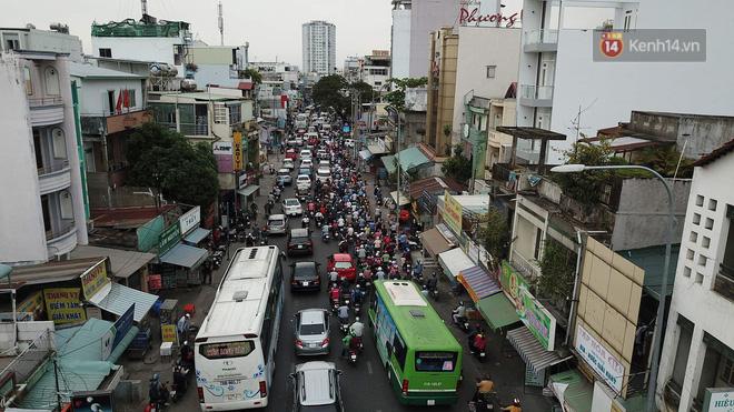 Kết thúc ngày làm việc trước kỳ nghỉ lễ 30/4, hàng trăm người dân khăn gói di chuyển bẳng xe máy về quê 6