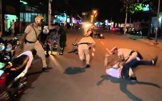 Bị chặn xe, người đàn ông đấm vào mặt chiến sĩ CSGT 1