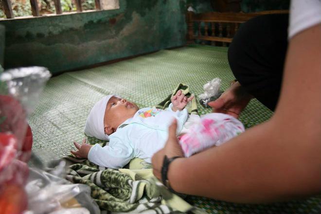 Vụ người phụ nữ bị sét đánh chết khi đang nằm trong nhà: Xót cảnh người chồng bệnh tật ôm con đứng trước di ảnh mẹ 3