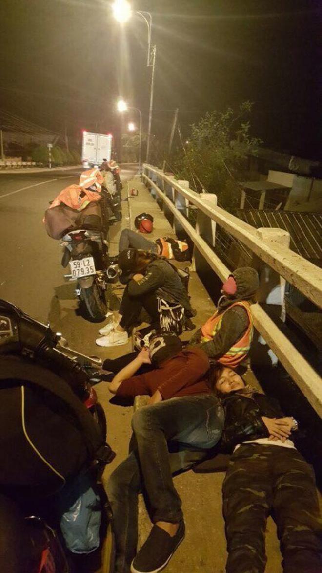 Hình ảnh nhóm phượt thủ trải bạt, nằm ngủ la liệt ven đường đèo khiến nhiều người bức xúc 5