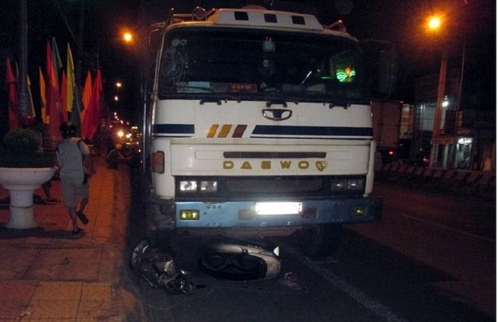 Xe tải tông xe máy dừng đèn đỏ, 4 người thương vong 1